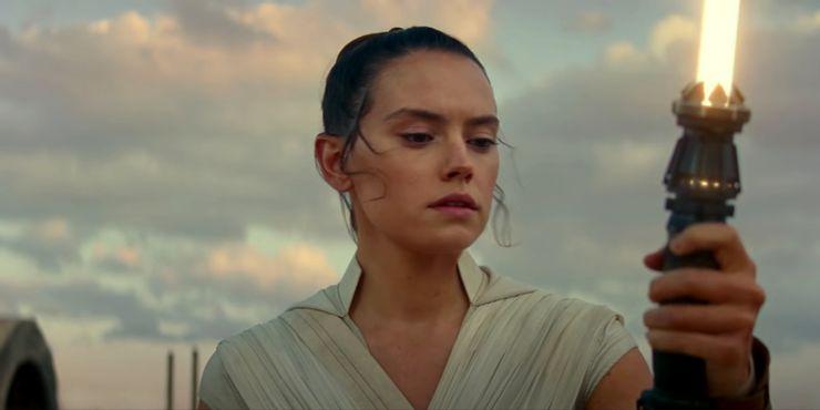 Rey-Skywalker-yellow-lightsaber Star Wars: Sabre de Luz de Rey Pode Ser Mais Perigoso do que Você Imagina
