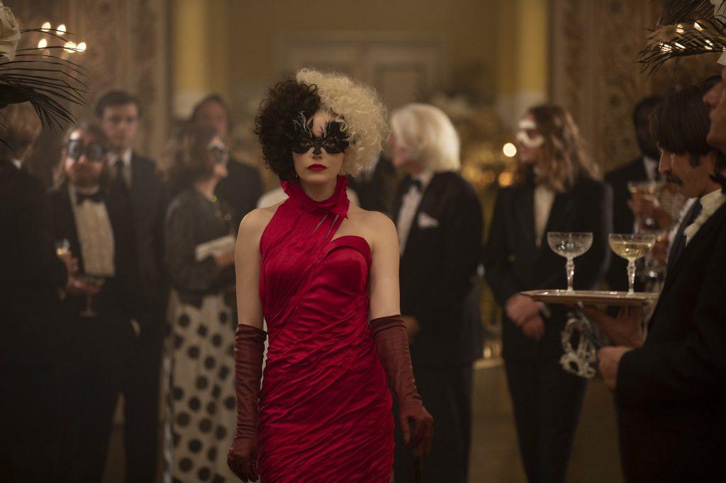 Cruella-2-1024x682 Trailer de 'Cruella': Emma Stone dá Vida a uma das Vilãs Mais Famosas da Disney