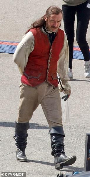 Jude-Law-Capitao-gancho-1 Jude Law Aparece como Capitão Gancho nas Primeiras Fotos do Set de Peter Pan & Wendy