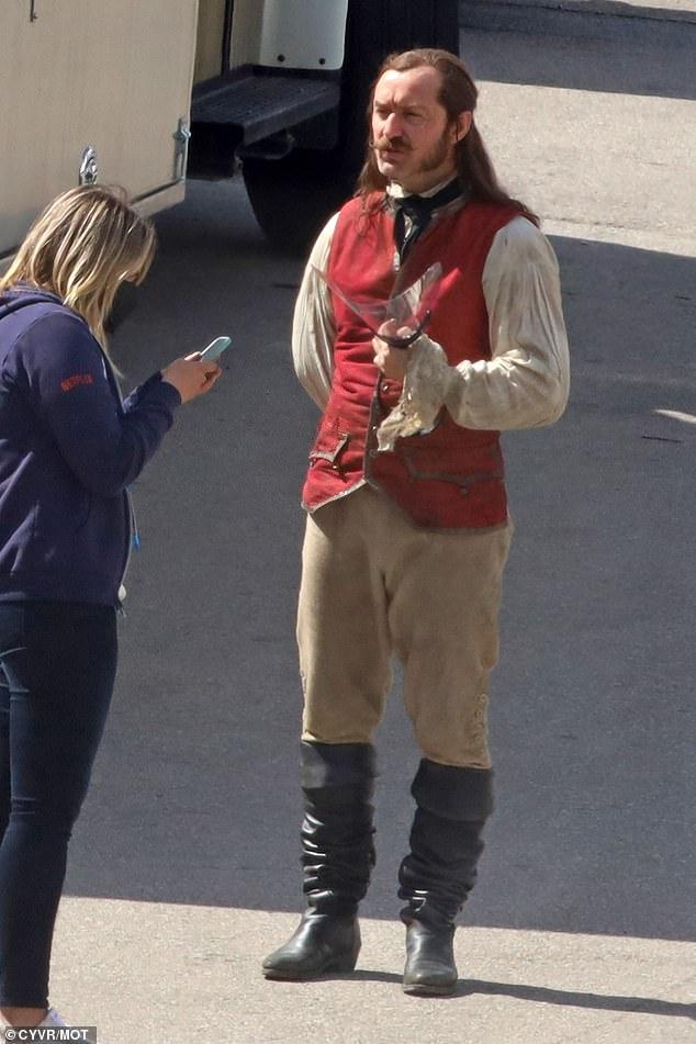 Jude-Law-Capitao-gancho-2 Jude Law Aparece como Capitão Gancho nas Primeiras Fotos do Set de Peter Pan & Wendy