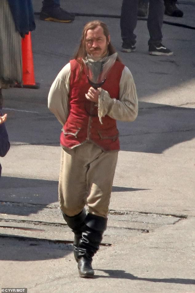 Jude-Law-Capitao-gancho-3 Jude Law Aparece como Capitão Gancho nas Primeiras Fotos do Set de Peter Pan & Wendy