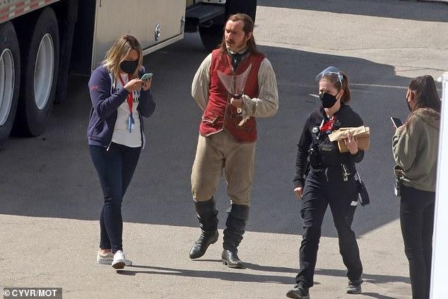 Jude-Law-Capitao-gancho-4 Jude Law Aparece como Capitão Gancho nas Primeiras Fotos do Set de Peter Pan & Wendy