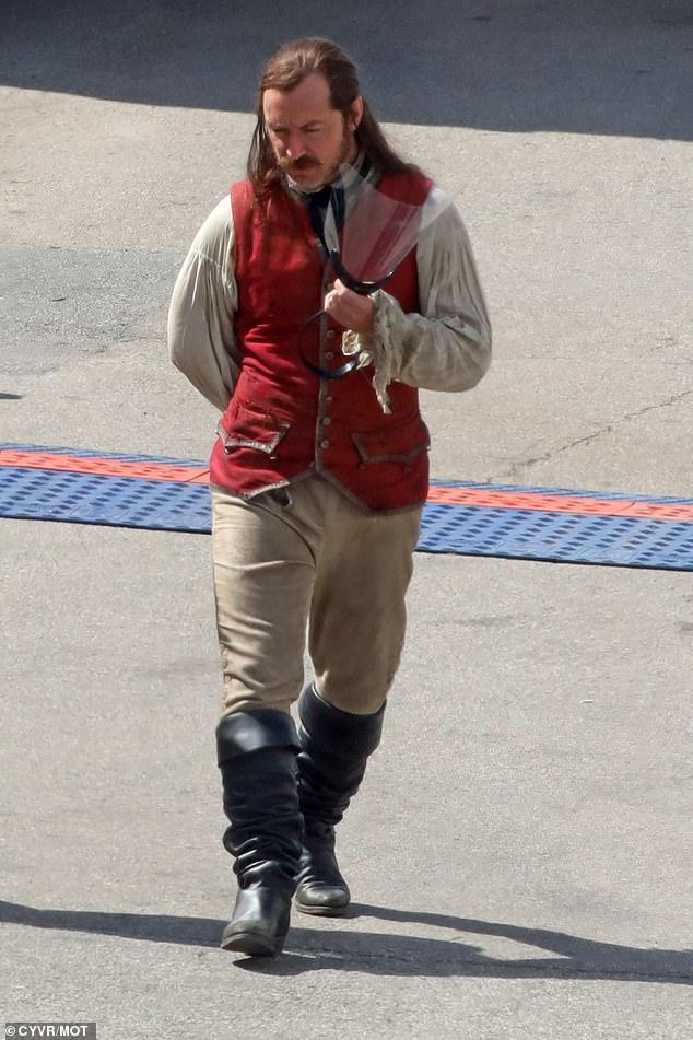 Jude-Law-Capitao-gancho-5 Jude Law Aparece como Capitão Gancho nas Primeiras Fotos do Set de Peter Pan & Wendy