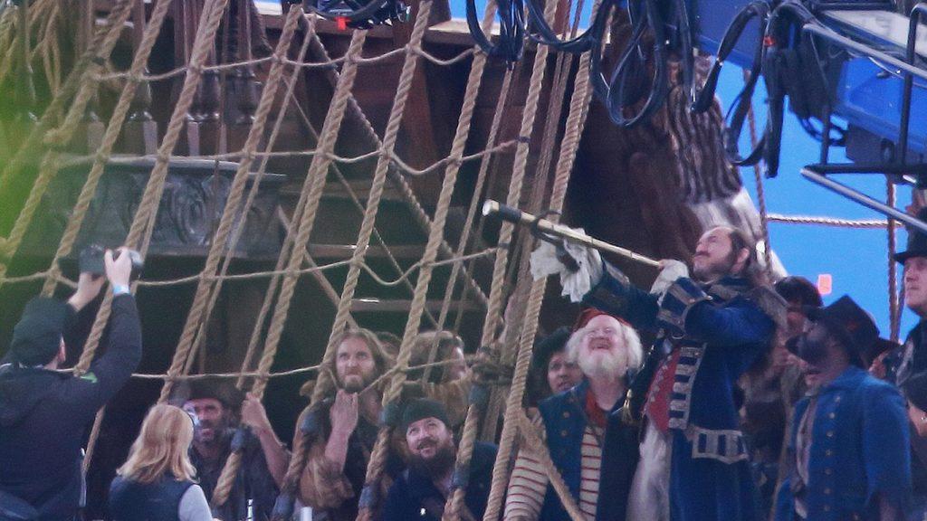 Peter-Pan-e-Wendy-Novas-Fotos-do-Set-1024x576 Peter Pan & Wendy: Novas Fotos Revelam Visual do Set, Capitão Gancho e Sr. Smee