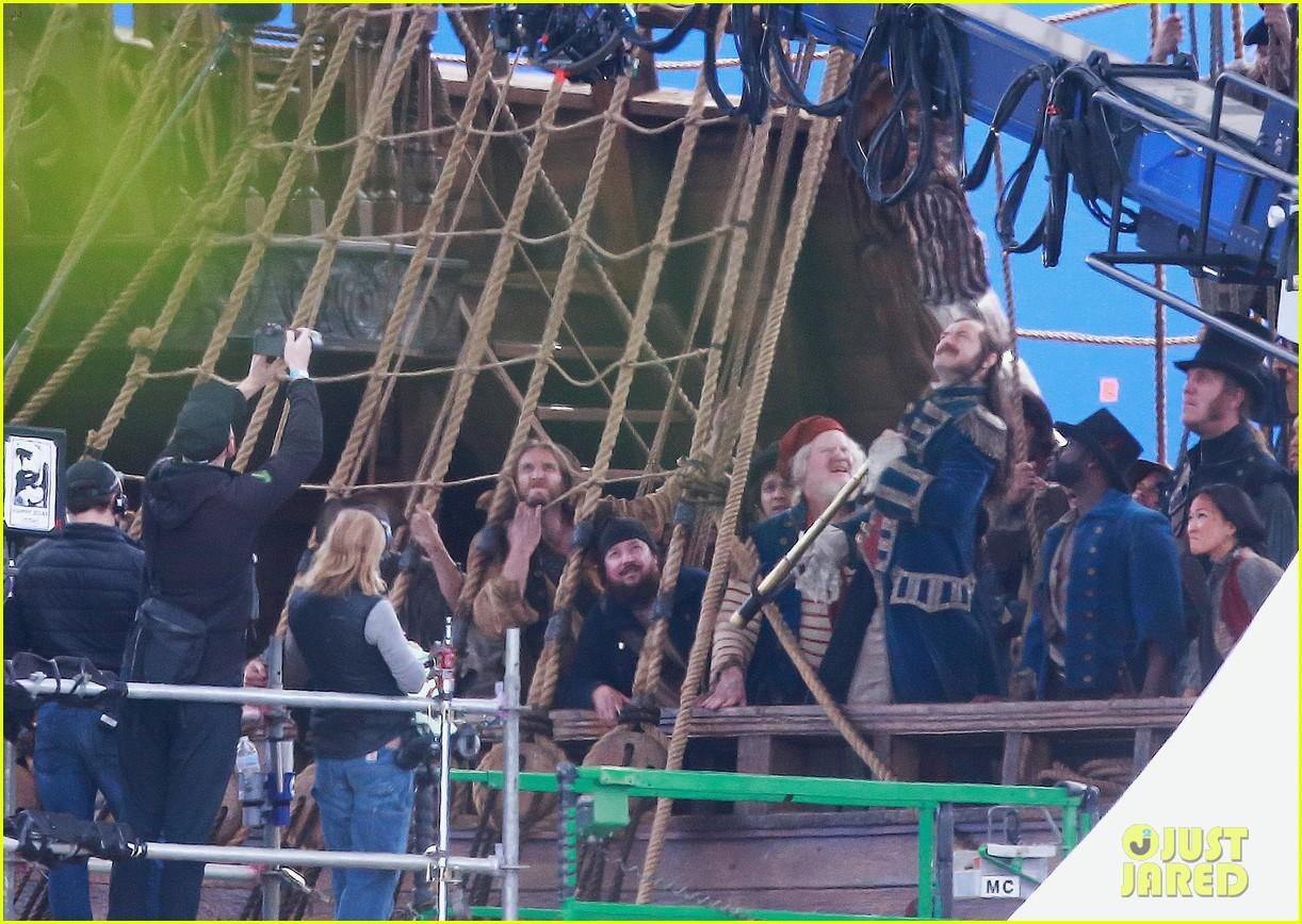 jude-law-peter-pan-april-2021-01 Peter Pan & Wendy: Novas Fotos Revelam Visual do Set, Capitão Gancho e Sr. Smee
