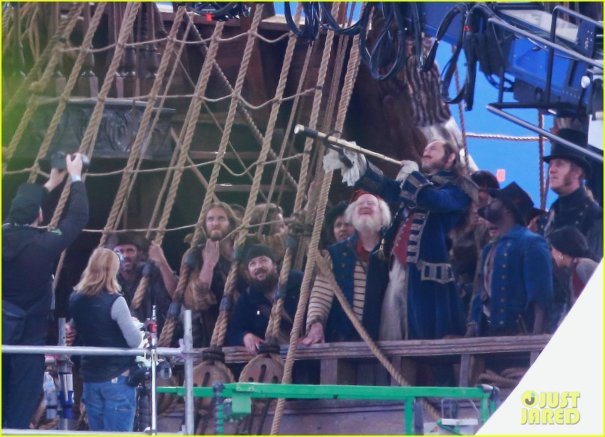 jude-law-peter-pan-april-2021-05 Peter Pan & Wendy: Novas Fotos Revelam Visual do Set, Capitão Gancho e Sr. Smee