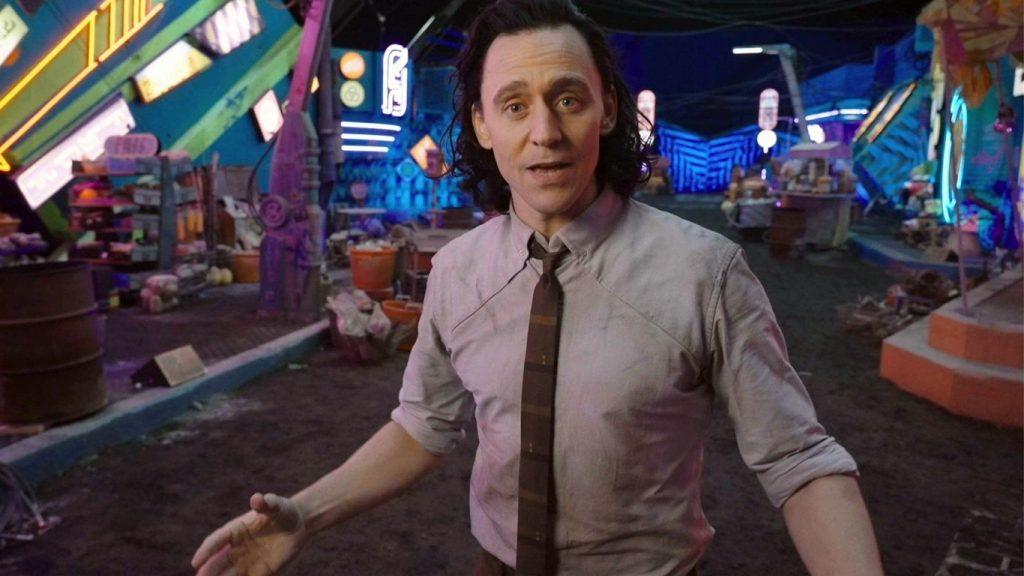 Tom-Hiddleston-no-set-de-Loki-1024x576 Dublê revela o dia em que Tom Hiddleston impediu um ataque de pânico no set de Loki