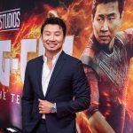 Simu Liu, o Shang-Chi, mostra seu talento cantando músicas de O Rei Leão e Aladdin