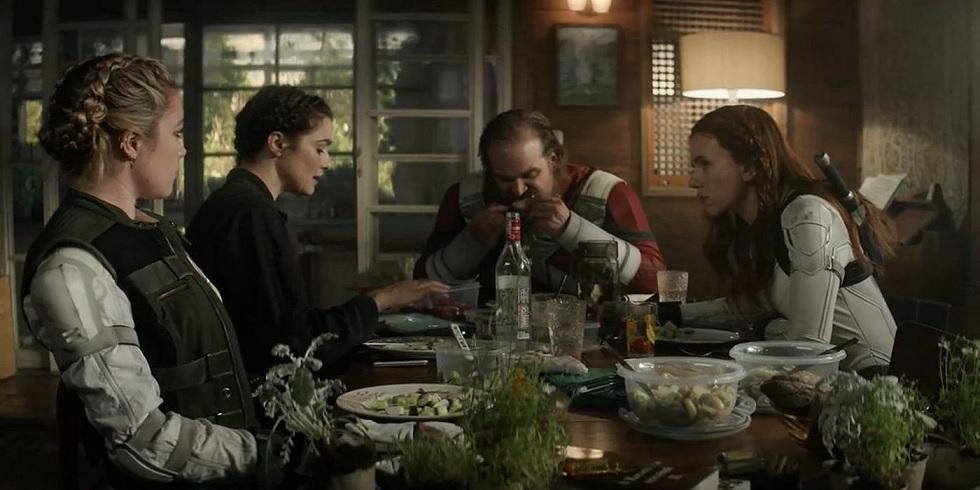 Viuva-Negra-cena-do-jantar Viúva Negra | Diretora revela qual cena Kevin Feige insistiu em manter no filme e porquê
